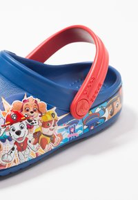 Crocs - PAW PATROL BAND RELAXED FIT - Pool slides - blue jean - 5