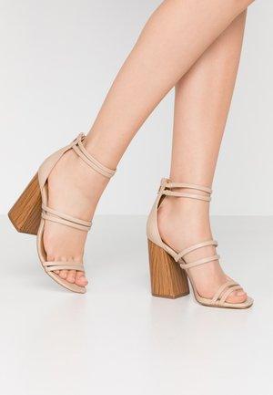 GUVEN - Sandály na vysokém podpatku - bone