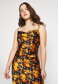 Glamorous Curve - MIDI DRESS WITH NARROW STRAPS AND SIDE SPLIT - Denní šaty - ochre rose - 7