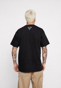 Carhartt WIP - MATT MARTIN FLAGS T-SHIRT - T-shirt con stampa - black - 2