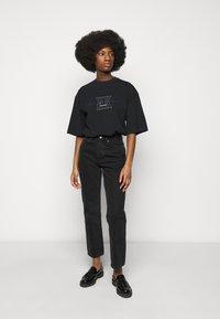 Han Kjøbenhavn - BOYFRIEND TEE - Print T-shirt - faded black - 1