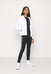 Tommy Jeans - TJW QUILTED TAPE HOODED JACKET - Jas - white - 1