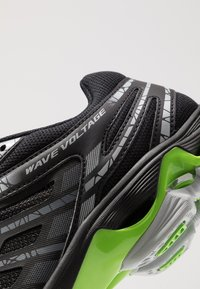 Mizuno - WAVE VOLTAGE - Volleyball shoes - black/high rise/green gecko - 5