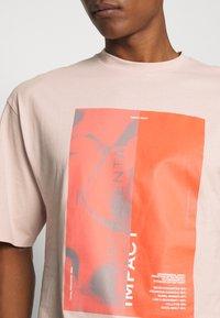 NU-IN - IMPACT UNISEX - Print T-shirt - pink - 5