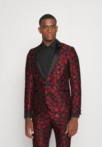 Twisted Tailor - FOSSA SUIT SET - Puku - black red - 0