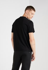 Neil Barrett BLACKBARRETT - 3D MESH SKULLS - T-shirt imprimé - black/white/red - 2