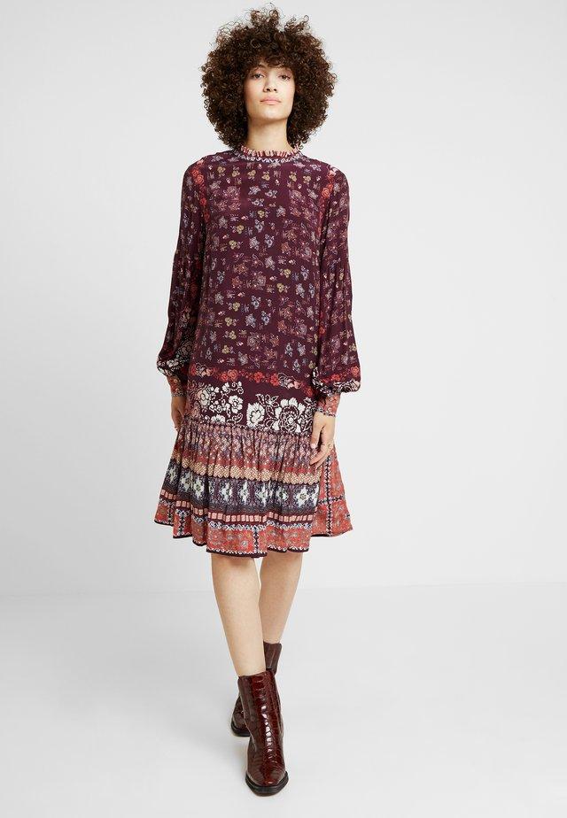 PRINTED DRESS - Korte jurk - brown red