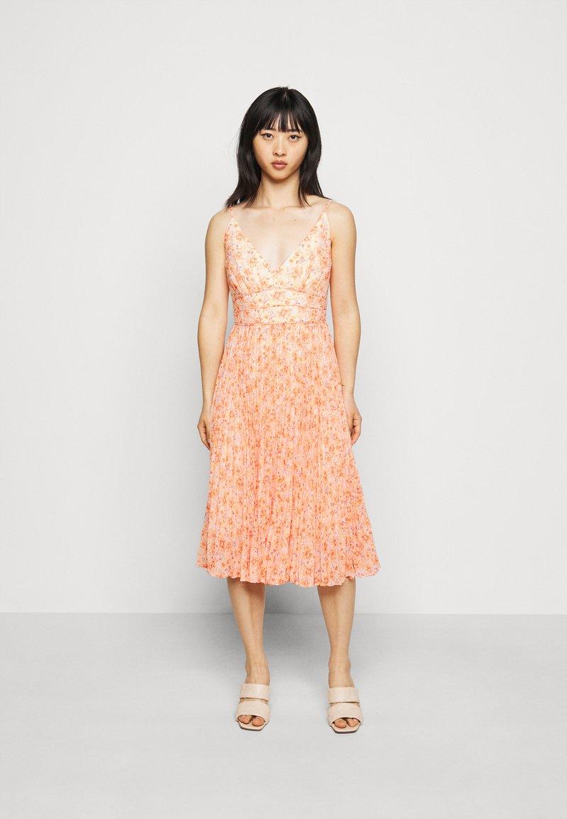 Forever New Petite - PLEATED MAXI DRESS - Sukienka koktajlowa - orange