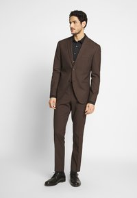 Isaac Dewhirst - PLAIN SUIT - Oblek - brown - 1