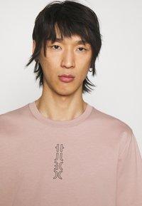 HUGO - DURNED - Print T-shirt - light pastel brown - 3