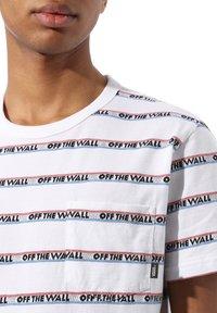 Vans - MN DIMENSIONS STRIPE - Print T-shirt - white - 1