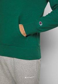 Champion - ROCHESTER HOODED - Bluza z kapturem - dark green - 5