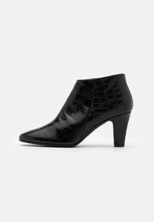 VALERIA - Korte laarzen - monterrey black