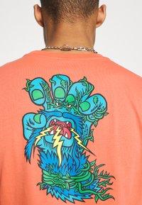 Santa Cruz - BIGFOOT SCREAMING HAND  UNISEX - Print T-shirt - salmon - 5