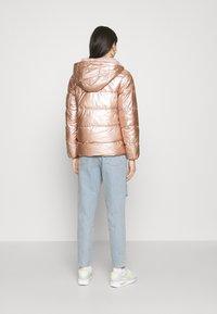 ONLY - ONLSAVANNAH METALLIC PUFFER - Winter jacket - frosted almond - 2