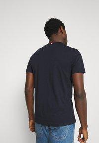 Tommy Hilfiger - ESSENTIAL - T-shirt med print - desert sky - 2