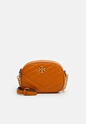 KIRA CHEVRON SMALL CAMERA BAG - Across body bag - squash