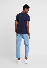 Tommy Hilfiger - NECK TEE - T-shirt imprimé - blue - 2
