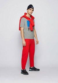 BOSS - Print T-shirt - grey - 1