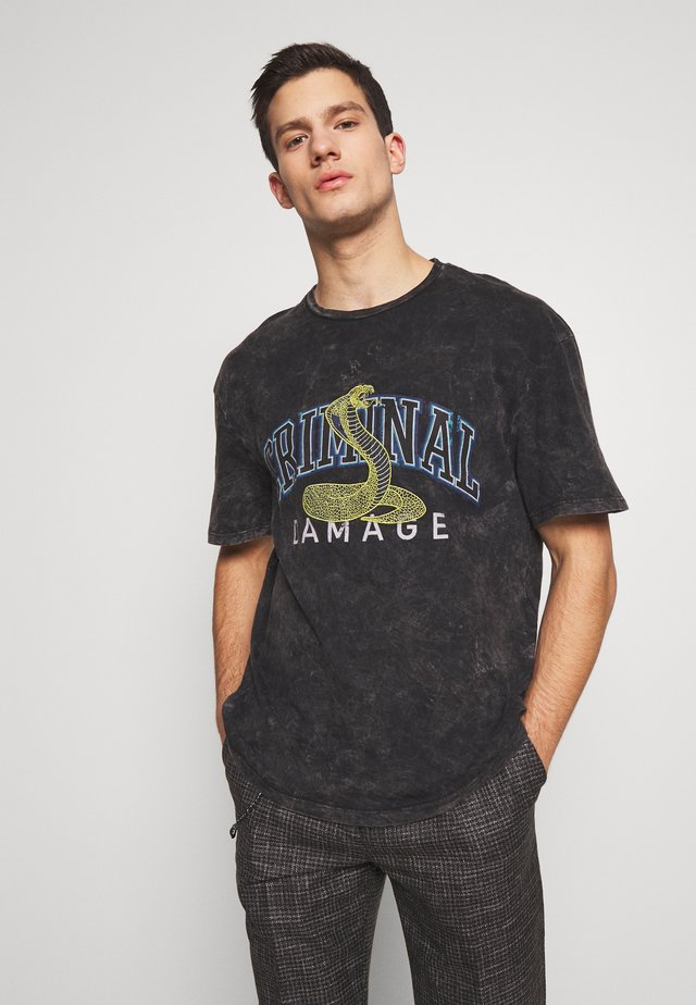 CRIMINAL COLLAGE TIE DIE TEE - Print T-shirt - black