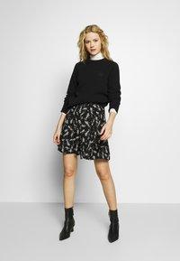 NAF NAF - KATHIOCHAINE - Mini skirts  - noir/ecru - 1