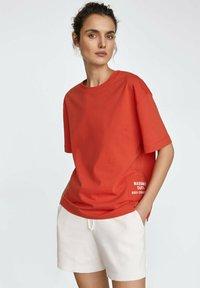 Massimo Dutti - MIT PATCH - Print T-shirt - red - 3
