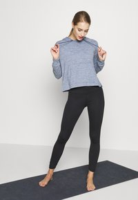 Nike Performance - YOGA HOODIE - Camiseta de manga larga - diffused blue - 1
