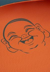 Yogasearcher - COMFORT YOGA MAT 5MM - Fitness/yoga - grey/orange - 4