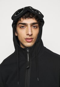C.P. Company - HOODED OPEN - veste en sweat zippée - black
