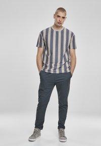 Urban Classics - T-shirt z nadrukiem - vintageblue - 1