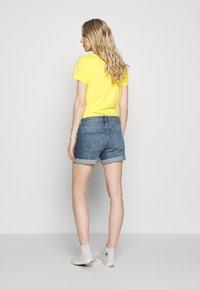 GAP - MED CINCA DEST - Denim shorts - medium indigo - 2