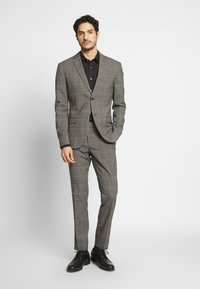 Isaac Dewhirst - CHECK SUIT - Costume - light brown - 1