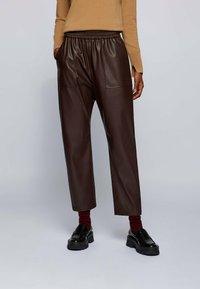 BOSS - TAJOGY - Pantalon de survêtement - dark brown - 0