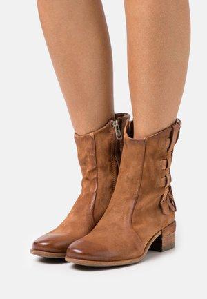 Cowboy/biker ankle boot - calvados