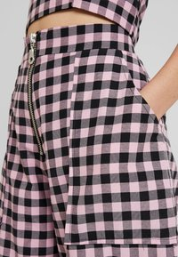 The Ragged Priest - PINK GINGHAM COMBAT TROUSER WITH CUFFED HEM - Kalhoty - pink - 5