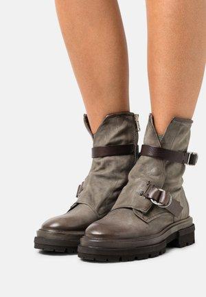Kotníkové boty na platformě - cenere