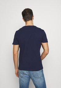 Lyle & Scott - CONTRAST POCKET - Print T-shirt - navy/burnt orange - 2