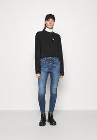 Calvin Klein Jeans - MONOGRAM CROPPED - Sweatshirt - black - 1
