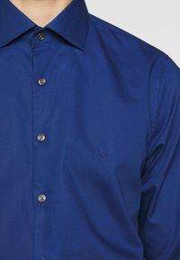 Michael Kors - POPLIN SLIM - Shirt - royal blue - 4