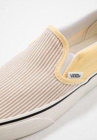 Vans - CLASSIC - Slip-ons - beige/yellow/white - 7