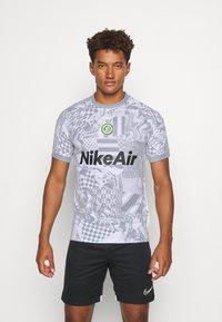 Nike Performance - HOME - Print T-shirt - white/light smoke grey/reflective black - 0