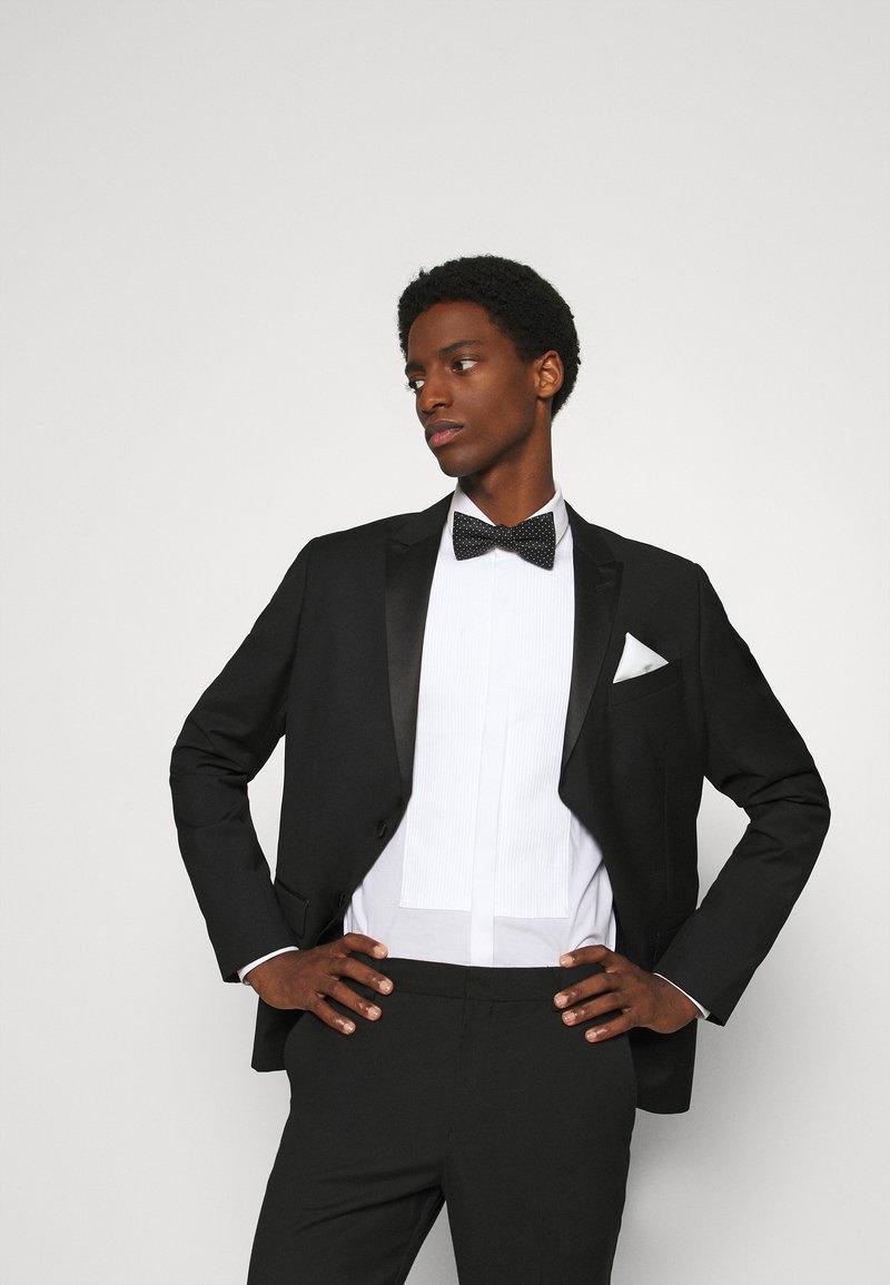 Selected Homme - SLHLANDON BOWTIE GIFTBOX SET - Kapesník do obleku - black