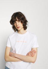 Calvin Klein Jeans - SHRUNKEN INSTITUTIONAL TEE - T-shirts med print - bright white - 3