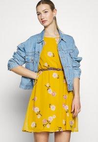 Vero Moda - VMFALLIE BELT DRESS - Kjole - chai tea/newfallie - 4