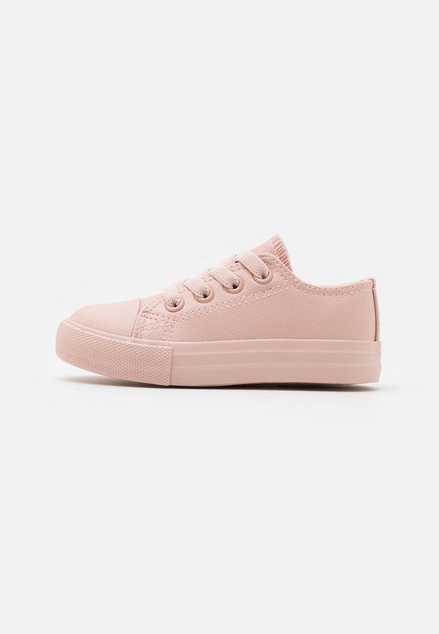 CLASSIC LACE UP TRAINER - Trainers - peach