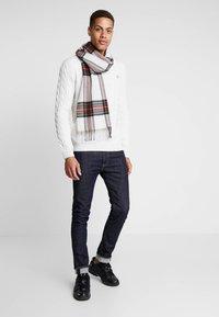 Timberland - PHILLIPS BROOK CABLE CREW - Stickad tröja - white smoke - 1