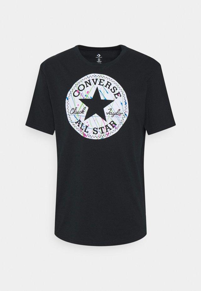 SPLATTER PAINT CHUCK PATCH SHORT SLEEVE TEE - Print T-shirt - black