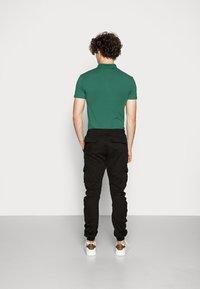 Urban Classics - Pantalon cargo - black - 2