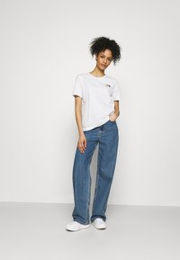 Tommy Hilfiger - REGULAR FLAG TEE - T-shirt basique - white - 1