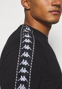 Kappa - ILYAS - Print T-shirt - caviar - 5
